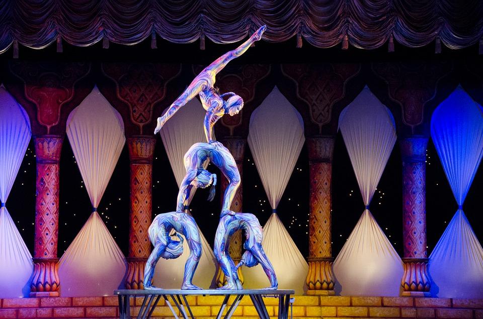 acrobats-412011_960_720.jpg