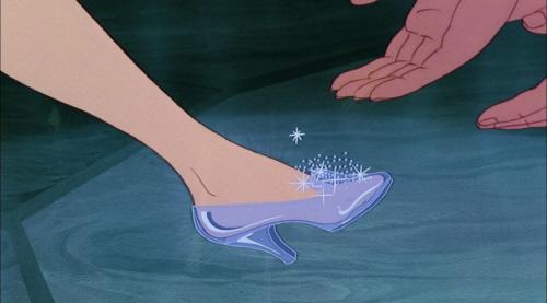 크기변환_cinderella-disneyscreencaps-com-8548-science-explains-cinderella-s-glass-slippers-dainty-footwear-or-accident-waiting-to-happen-jpeg-203686.jpg