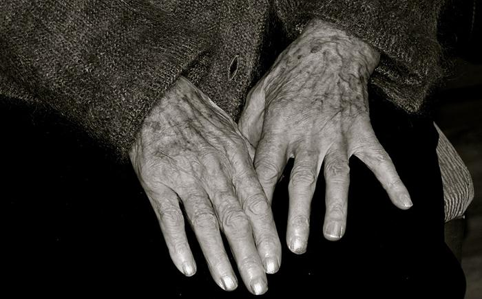elderly-woman-1036773_960_720.jpg