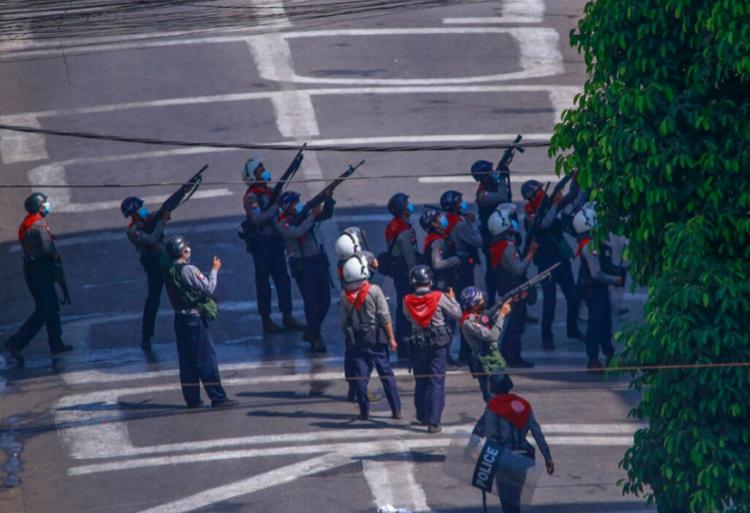 총 겨누는 경찰.PNG